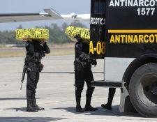 Cocaína decomisada en Petén fue trasladada vía aérea a la capital. (Foto Prensa Libre: Érick Ávila).