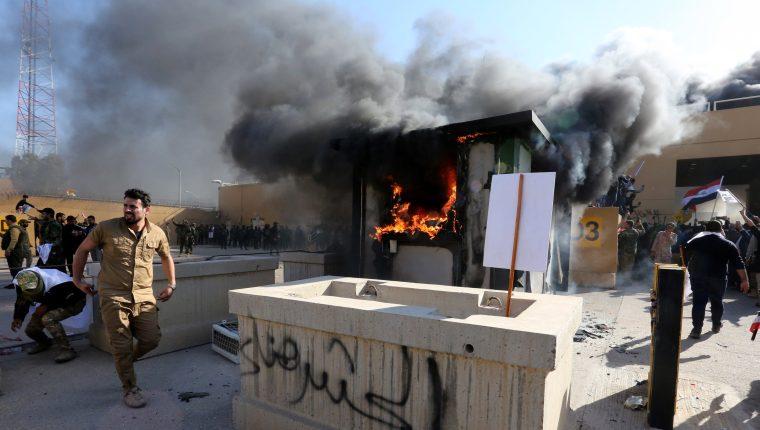 Grupos proiraníes atacaron el fin de año la Embajada de EEUU en Bagdad, Irak. (Foto Prensa Libre: EFE)