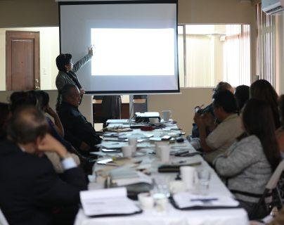 Equipo de transición del gobierno de Alejandro Giammattei discute con sindicalistas y otros sectores salubristas. (Foto Prensa Libre: Miriam Figueroa)