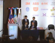 Adam Boehler, director ejecutivo de DFC y Antonio Malouf, ministro de Economía firmaron el memorando de entendimiento para identificar proyectos que requieran financiamiento. (Foto Prensa Libre: Juan Diego González)