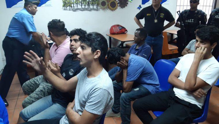 Foto divulgada por la Casa Presidencial hondureña que muestra a los cuatro iraníes y otros extranjeros detenidos por ingresar de forma irregular a ese territorio.