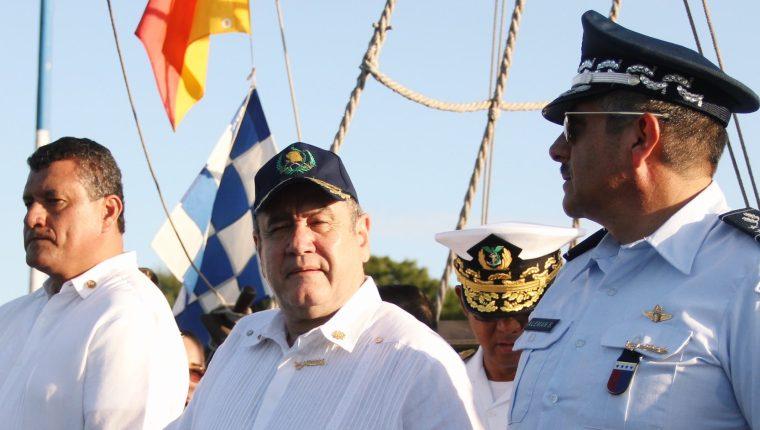 El presidente Alejandro Giammattei participa en el 61 aniversario de la Marina, donde denunció irregularidades en la Empresa Portuaria Quetzal. (Foto: Twitter/@DrGiammattei)