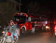 Autobús que fue blanco del ataque armado en San Pedro Ayampuc. (Foto Prensa Libre: Bomberos Voluntarios)