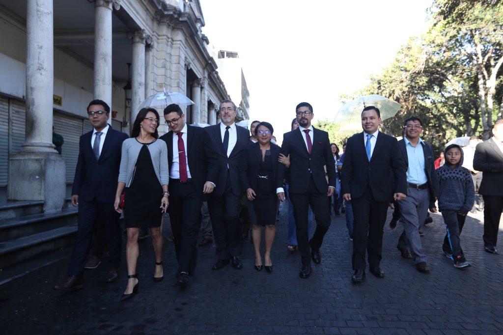 Diputados electos por el partido SEMILLA  caminaron desde el Paseo de la Sexta Avenida hacia el Congreso. Foto Prensa Libre: Óscar Rivas