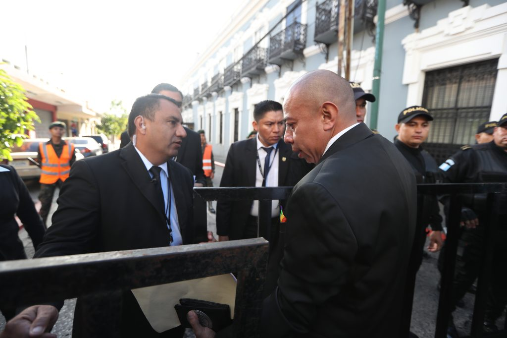 El diputado electo Aldo Dávila ingresa por uno de los cercos de seguridad. Foto Prensa Libre: Óscar Rivas