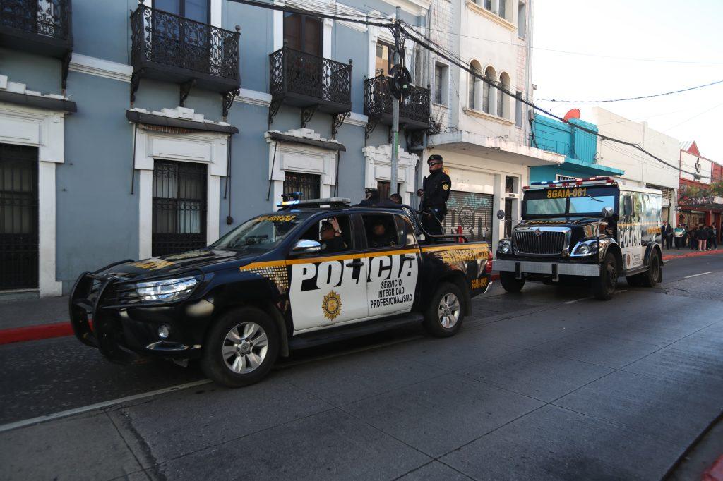 Patrullas y camiones anti explosivos hicieron recorridos cerca del Congreso. Foto Prensa Libre: Óscar Rivas
