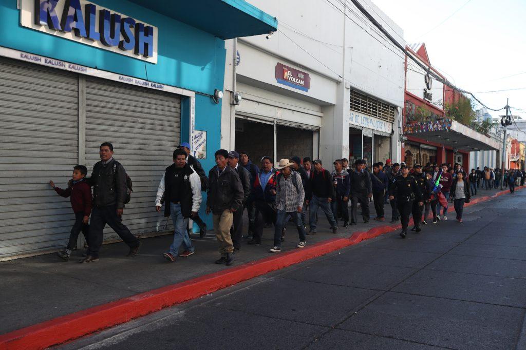 Varios grupos de personas rodearon el Congreso pero al final  ninguno se quedó en los ingresos al Legislativo. Foto Prensa Libre:  Óscar Rivas