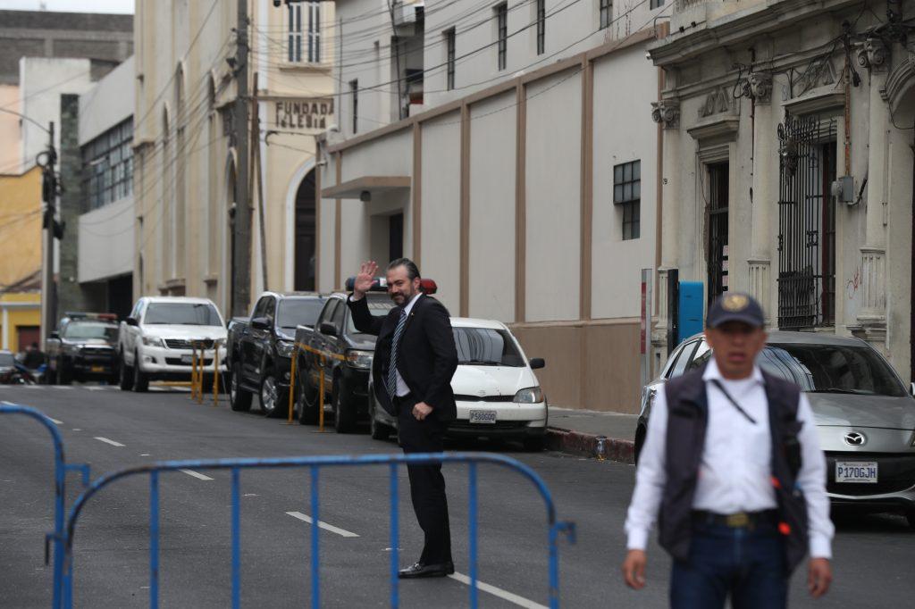 Algunos funcionarios llegaron a la casa presidencial y se despidieron de los medios de comunicación. Foto Prensa Libre: Óscar Rivas