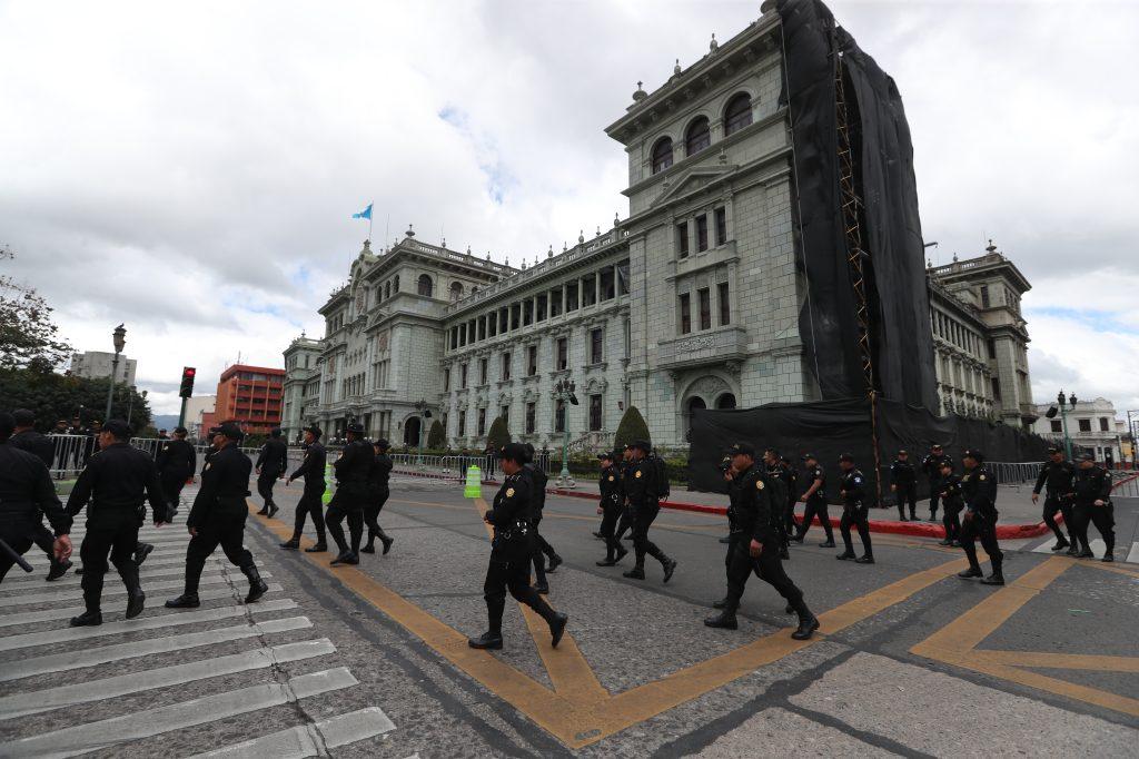 Decenas de elementos de seguridad se apostaron en la Plaza de la Constitución. Foto Prensa Libre: Óscar Rivas