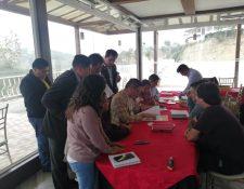Integrantes de Sociedad Civil revisaron los expedientes y en una primera etapa quedaron fueron 11. (Foto Prensa Libre: María Longo)