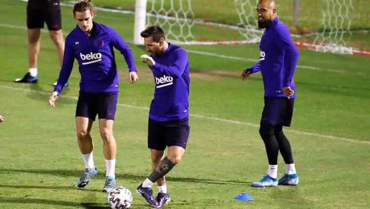 Los futbolistas del FC Barcelona (i-d); el delantero francés Antoine Griezmann, el delantero argentino Leo Messi y el centrocampista chileno Arturo Vidal. (Foto Prensa Libre: EFE)