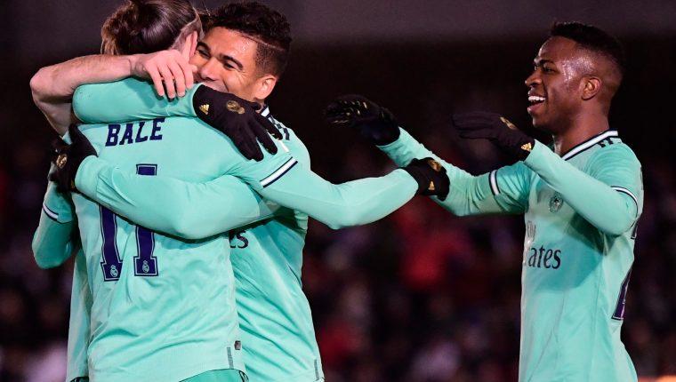 Gareth Bale celebra con Casemiro y Vinicius, en la Copa del Rey. (Foto Prensa Libre: AFP)