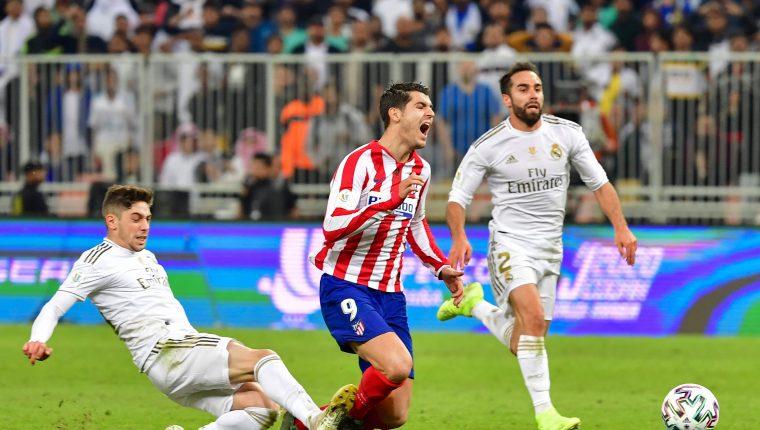 Fede Vlaverde cometió una fuerte falta a Morata y salió expulsado. (Foto Prensa Libre: AFP)