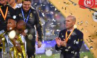 Real Madrid's French coach Zinedine Zidane (R) claps for his players after winning the Spanish Super Cup final between Real Madrid and Atletico Madrid on January 12, 2020, at the King Abdullah Sports City in the Saudi Arabian port city of Jeddah. (Photo by Giuseppe CACACE / AFP)