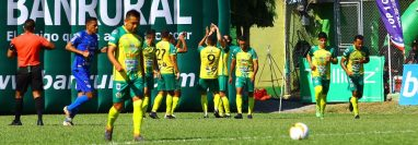 Los jugadores del equipo Pechoamarillo celebra el triunfo contra Cobán Imperial. (Foto Prensa Libre: Luis López)
