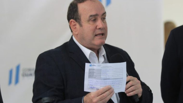 Alejandro Giammattei en conferencia de prensa. (Foto Prensa Libre: Byron García).