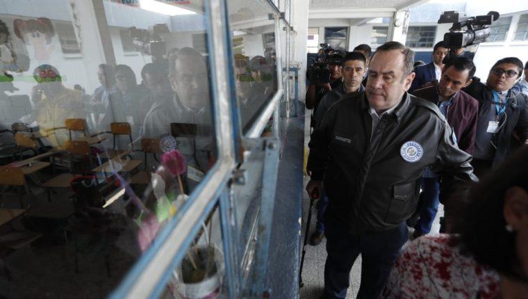El presidente Alejandro Giammattei visita escuelas públicas. (Foto Prensa Libre: Esbin García)