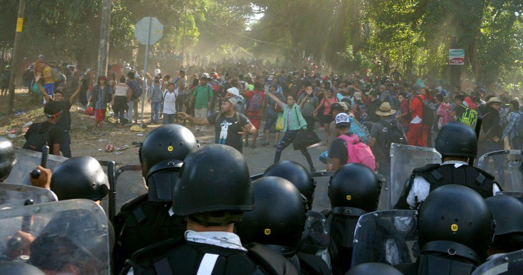 Guardia nacional mexicana detiene avance de la caravana migrante