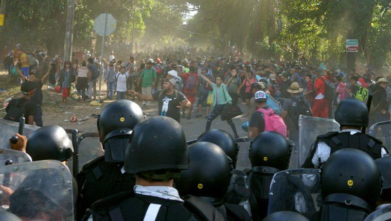 Fuerzas de seguridad mexicana bloquean el paso de migrantes centroamericanos el 23 de enero 2020, en  de Chiapas. (Foto Prensa Libre: EFE)