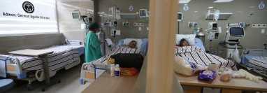 El Hospital de Totonicapán no está abastecido de medicinas y jeringas, familiares de enfermos denunciaron que deben comprar los insumos. (Foto Prensa Libre: Mynor Toc)