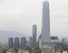 Vista panorámica de la ciudad de Santiago, Chile, donde el humo de los graves incendios de Australia llegó a esta urbe. (Foto Prensa Libre: EFE).