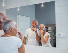Mantener una buena salud bucal depende de los hábitos que tiene para cuidar sus encías y dientes. (Foto Prensa Libre: Servicios).