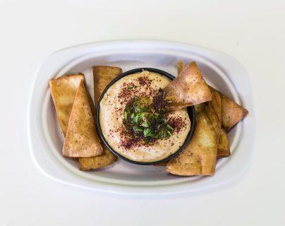 La forma más común de consumir hummus es acompañarlo con un delicioso pan árabe.  (Foto Prensa Libre: Servicios)