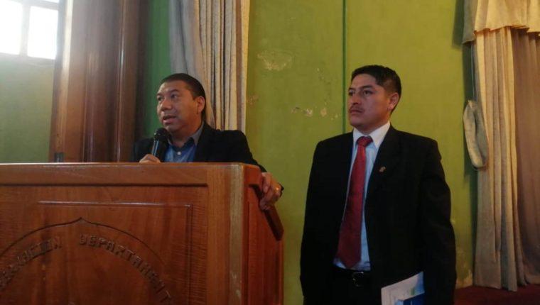 Hori Salanic, secretario y David Méndez, vocero de sociedad civil expusieron los resultados en la reunión de Codede. (Foto Prensa Libre: María Longo)