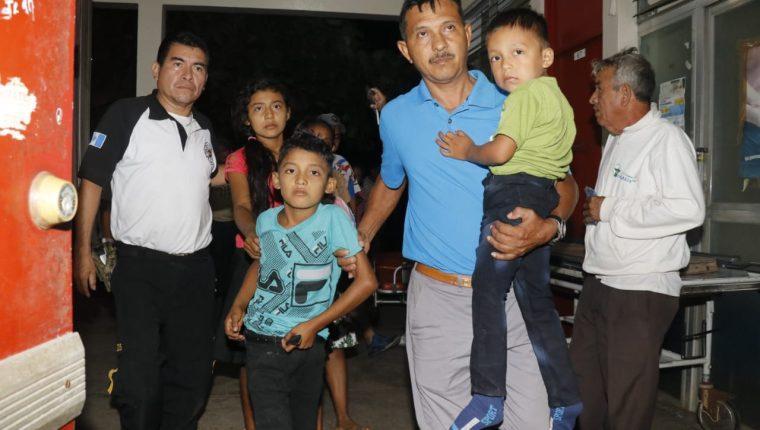 Varias áreas fueron habilitadas en el Hospital Nacional de Retalhuleu para atender a las personas intoxicadas, algunos de ellos niños. (Foto Prensa Libre: Rolando Miranda)