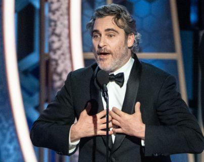 """Joaquin Phoenix obtuvo el Globo de Oro a mejor actor de drama por """"Joker"""". (Foto Prensa Libre: AFP)"""