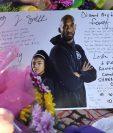 Se ve una nota entre flores y velas en un monumento improvisado mientras los fanáticos lloran la muerte de la leyenda de la NBA Kobe Bryant, quien murió junto con su hija y otras siete personas en un accidente de helicóptero (Foto Prensa Libre: AFP).