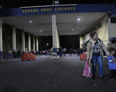 Kensy López viaja junto a su hijo en busca de una oportunidad laboral en Estados Unidos. (Foto Prensa Libre: Elizabeth Hernández)