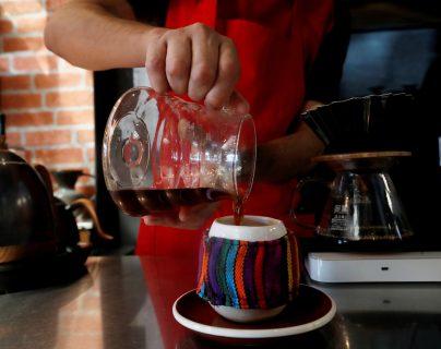 Juan Luna, barista del la tienda de café El Injerto, sirve un café de método V60 el pasado 13 de enero, en Ciudad de Guatemala (Guatemala). (Foto Prensa Libre: EFE)