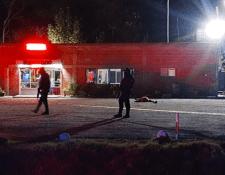 Policías federales caminan por el sitio donde fueron asesinados al menos 9 personas la noche del viernes en la carretera del municipio de Villagrán, en el estado de Guanajuato, centro de México. (Foto Prensa Libre: EFE)