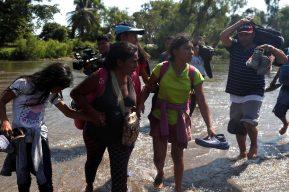 Familia hondureña que está amenazada por las pandillas es deportada a Guatemala