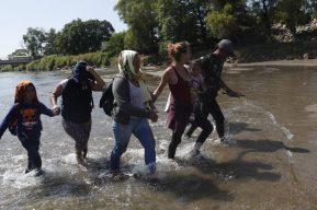 """""""La delincuencia y la pobreza hace que nos vengamos"""", narra madre migrante hondureña"""