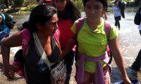 Mujeres hondureñas con sus hijos cruzan la frontera entre Guatemala y México. (Foto Prensa Libre: EFE).