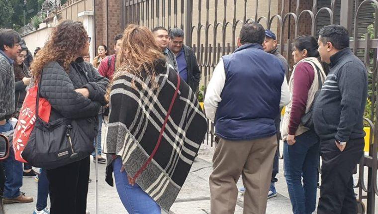 Empleados del Mides se manifiestan frente a la sede de la institución. (Foto Prensa Libre: La Red).