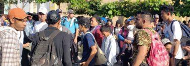Grupo de migrantes hondureños se moviliza por Petén para llegar a México. (Foto Prensa Libre: Red Migrante GT).