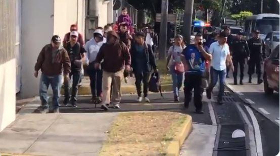 Grupo de salvadoreños se desplaza en caravana por San Salvador en su camino hacia Estados Unidos. (Foto tomada de @merlincnn).