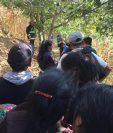 Curiosos y autoridades permanecen en lugar donde fue encontrado el cadáver de una mujer en San Juan Comalapa. (Foto Prensa Libre: Víctor Chamalé).