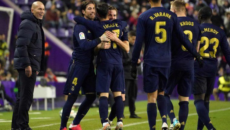 Los jugadores del Real Madrid festejan la anotación de Nacho. (Foto Prensa Libre: AFP)