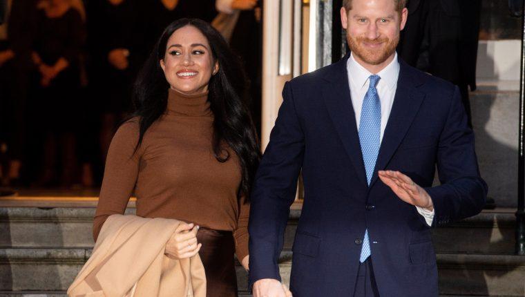 Los duques de Sussex, Enrique y Meghan, desean repartir su tiempo entre el Reino Unido y Norteamérica. (Foto Prensa Libre: EFE/ FACUNDO ARRIZABALAGA).