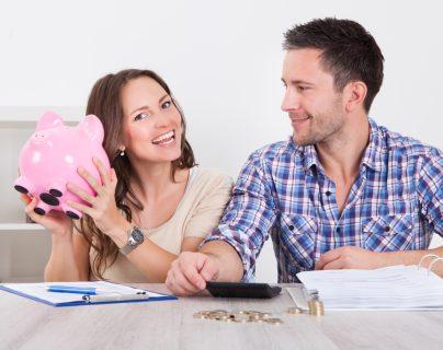 El hábito de ahorrar un porcentaje de sus ingresos le permitirá tener ganancias en el futuro, porque podrá cumplir sueños como viajar o estudiar lo que más desea. (Foto Prensa Libre: Servicios).