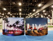 Vista de dos carteles que anuncian el 54 Super Bowl desplegados de este lunes en el Centro de Convenciones de Miami Beach, Florida. (Foto Prensa Libre: EFE)