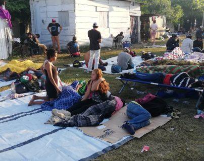 Migrantes hondureños esperan impacientes por pasar a México desde Tecún Umán, San Marcos. (Foto Prensa Libre: Mynor Toc)