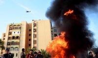 -FOTODELDIA- EPA01. BAGDAD, 01/01/2020.- Un helicóptero estadounidense AH-64E Apache sobrevuela una manifestación de la agrupación armada iraquí Multitud Popular que se manifiestan en las inmediaciones de la embajada estadounidense en Bagdad, Irak este miércoles 1 de enero. Seguidores y miembros de la agrupación armada iraquí Multitud Popular, integrada principalmente por chiíes, se retiraron este miércoles de la Embajada de Estados Unidos en Bagdad, después de haberla asaltado el día anterior y haber provocado una escalada de la tensión entre Irak y su aliado norteamericano. EFE/ Murtaja Lateef
