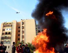 Manifestación contra EE. UU. en la Embajada de ese país en Bagdad, Irak. (Foto Prensa Libre: EFE)