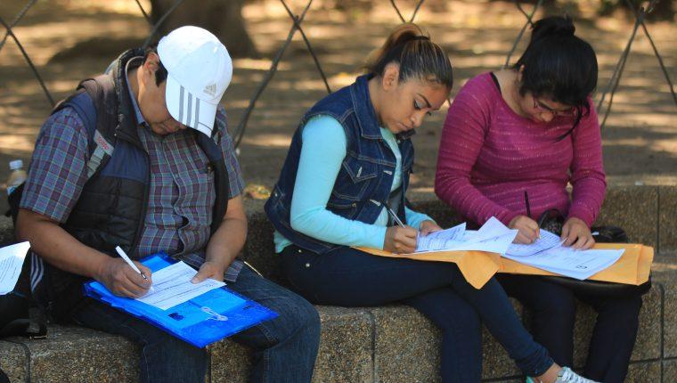 Algunas de las recomendaciones para los candidatos que asisten a una feria de empleo son llegar con suficiente tiempo y una Hoja de Vida breve. (Foto Prensa Libre: Byron García)