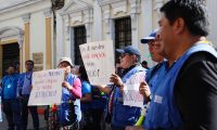 Empleados de la PDH llegan nuevamente a manifestar frente al Congreso de la Republica, piden que se haga cumplir la orden de la CC de que se haga el traslado de Q20 millones para el pago de salarios y aguinaldos.  Noe Medina  10/01/2020